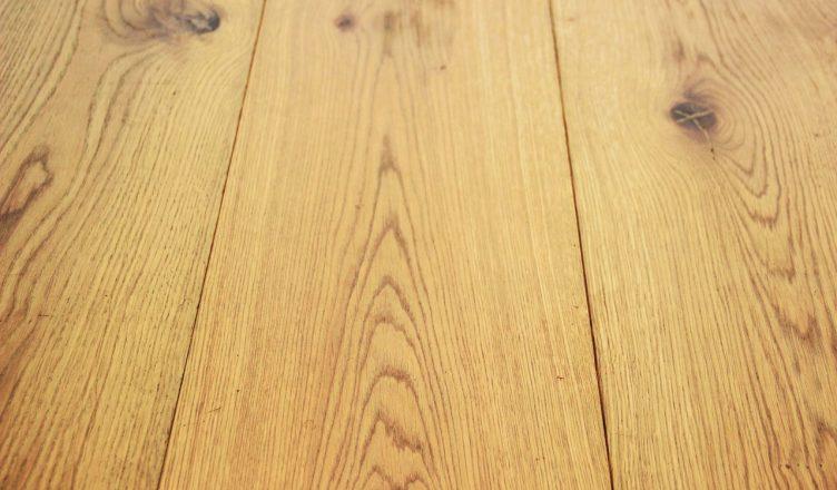 Lak of olie voor uw houten vloer indewoonkamer